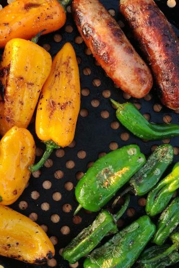 Grillpfanne mit Bratwurst und Gemüse